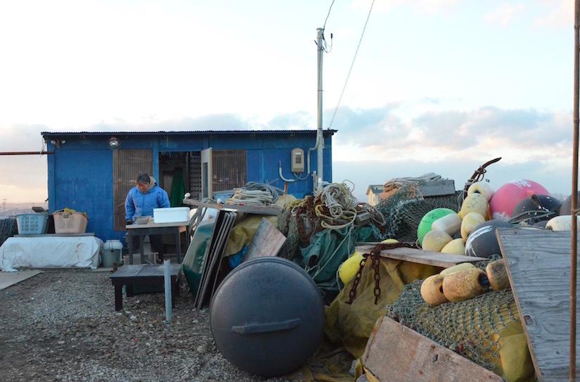漁の道具を置いている、佐藤さんの青い小屋
