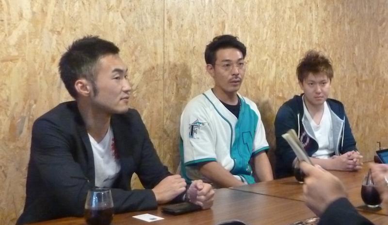 湯沢市内で取材に応じた、左から藤井延之副市長、実行委員長の藤田一平さん、副委員長の高橋大輔さん