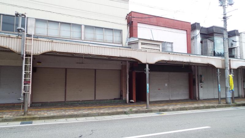 秋田県湯沢市の駅前商店街にはシャッターが下りたままの店舗が目立つ(中野宏一撮影)