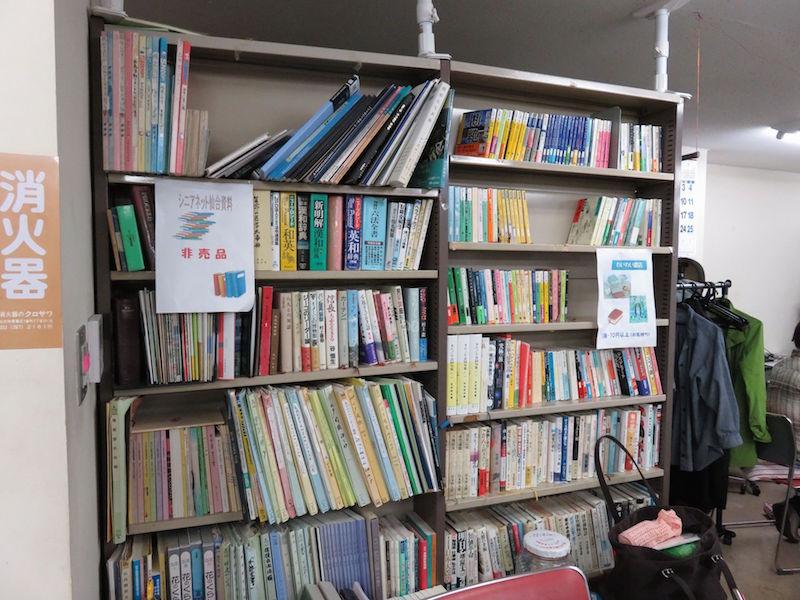 一番町サロンの図書。会員らの寄付で成り立っています。(佐藤和文撮影)