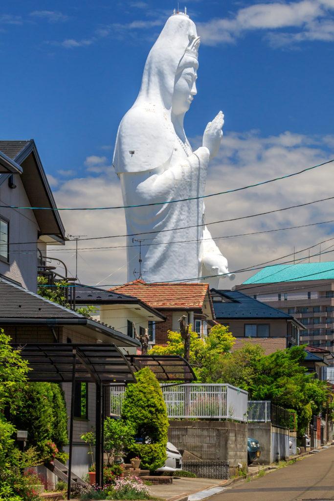 周辺の住宅地では、大観音の存在から逃れることはできない(佐瀬雅行撮影)