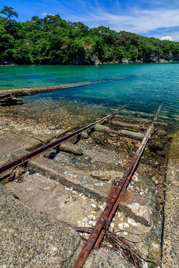 海中に伸びるレールと突堤が特攻基地の存在をしのばせる(佐瀬雅行撮影)