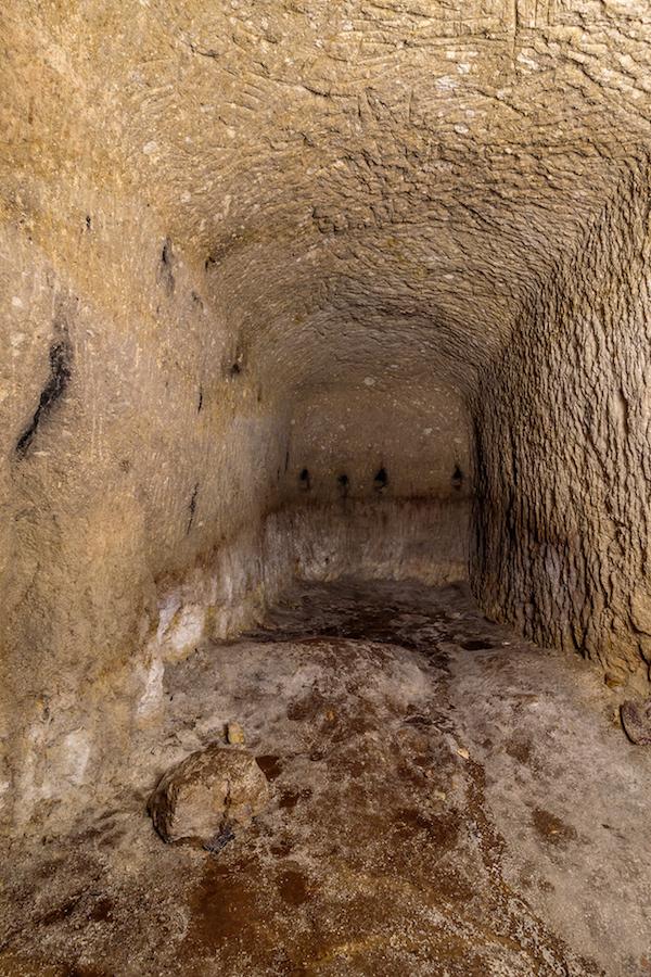坑道の右側に掘られた小部屋は研究所の資料を保管するための空間だろうか(佐瀬雅行撮影)