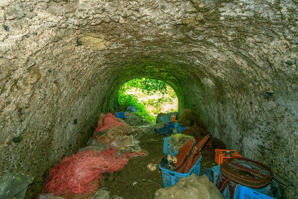 幾つかの格納壕は地元の漁師が漁具の置き場として利用していた(佐瀬雅行撮影)