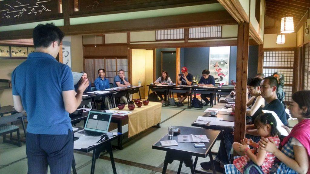 会津漆器について学ぶ「クロスボーダー・ラーニングジャーニー」の一行(WIT提供)