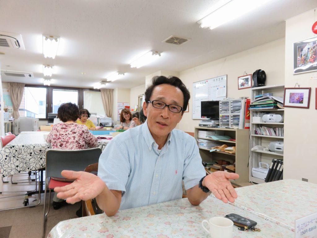 「社会貢献」について語る田村淳二さん。緩やかでリラックスした語り口から伝わってくるものは多い。2016年7月7日、シニアネット仙台のサロン一番町で。(佐藤和文撮影)