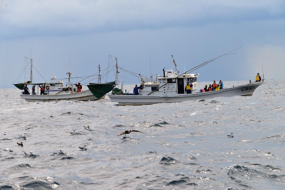 2艘の漁船に分乗して底引き網漁を見学(鐙啓記撮影)