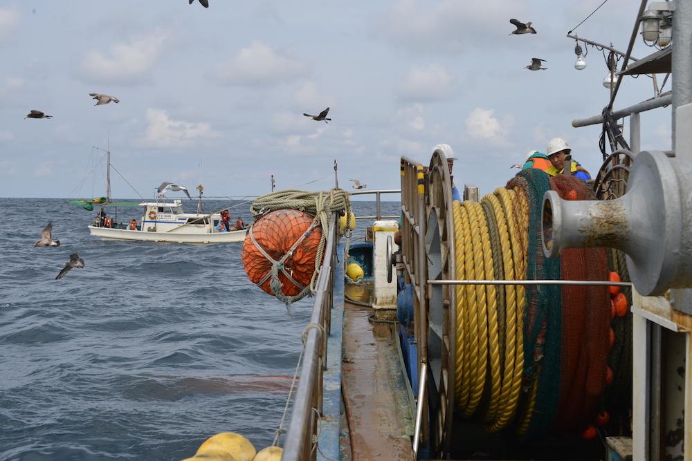 別の漁船から底引き網漁を見学(鐙啓記撮影)