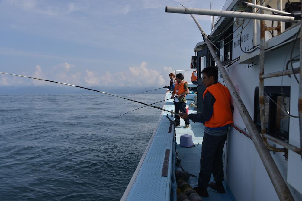 能代沖で釣り体験(鐙啓記撮影)