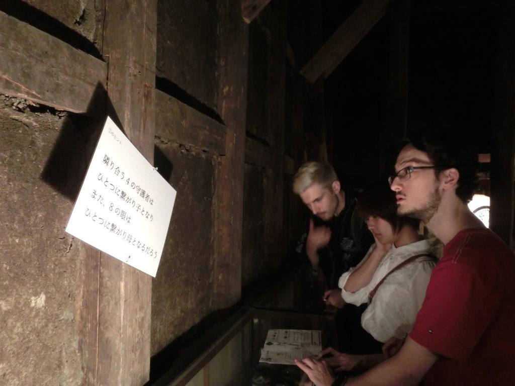 酒蔵を使った脱出ゲームに参加した留学生たち。登米地域をテーマにした謎解きを楽しんだ(平間真太郎撮影)