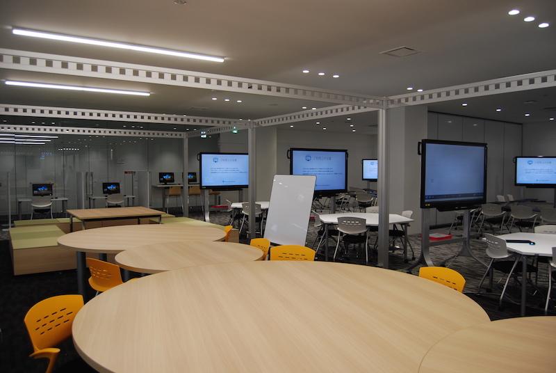 ホーイ記念館2階の学習スペース。電子黒板や可動式の机、イスが配置され、学生同士のグループ学習などに活用できる(平間真太郎撮影)