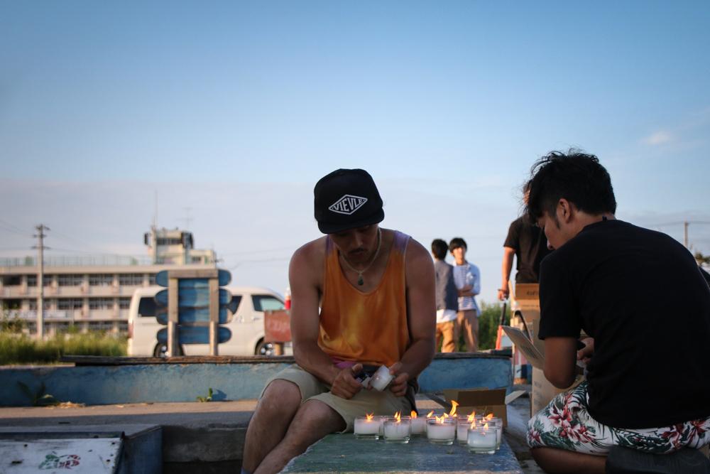 集まった人たちの手で一つ一つキャンドルに灯が点される(撮影:桐島レンジ)