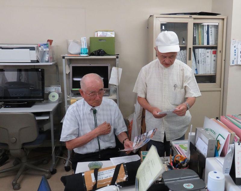 来訪者と話す「麻雀会議」の代表小松一雄さん(左)(佐藤和文撮影)