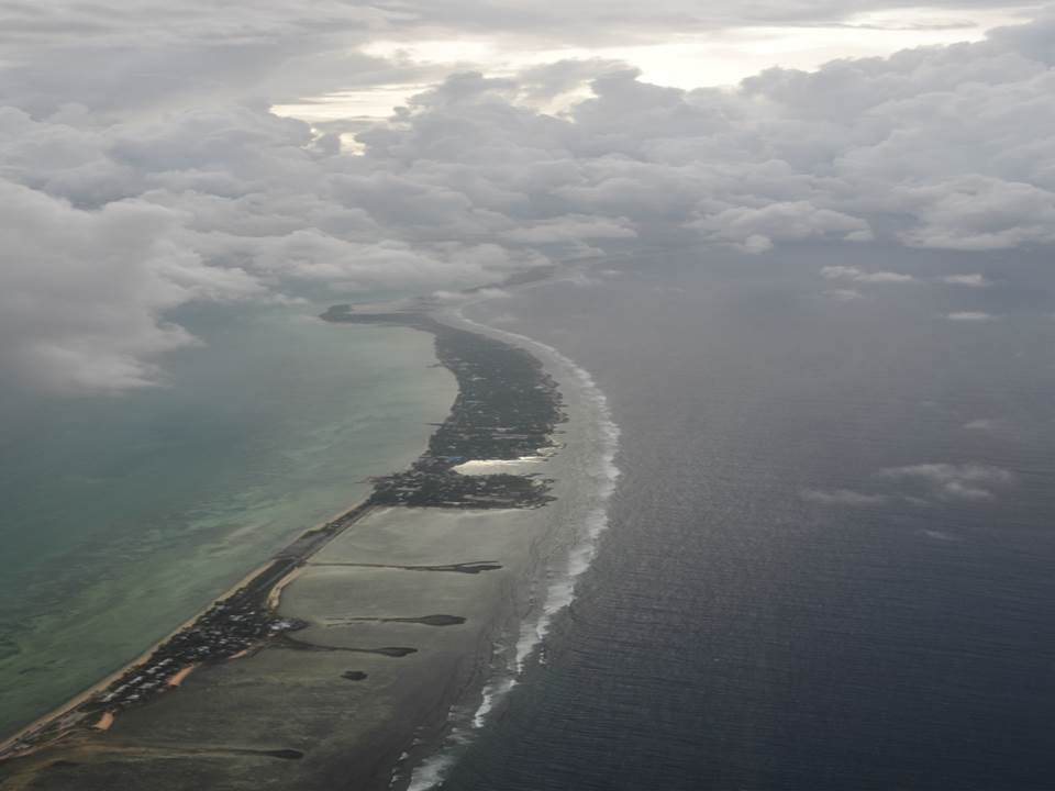 サンゴ礁の上に細長く続くキリバス共和国。首都タラワ付近。(写真提供はキリバス共和国名誉領事館)