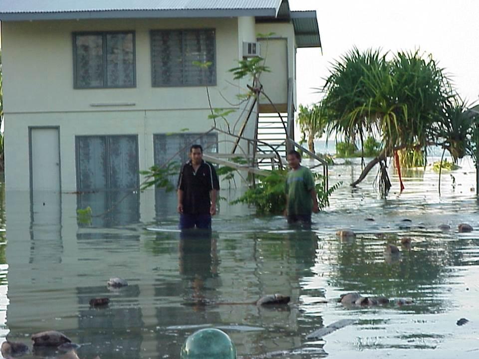 近年頻発している高潮による浸水被害(写真提供はキリバス共和国名誉領事館)