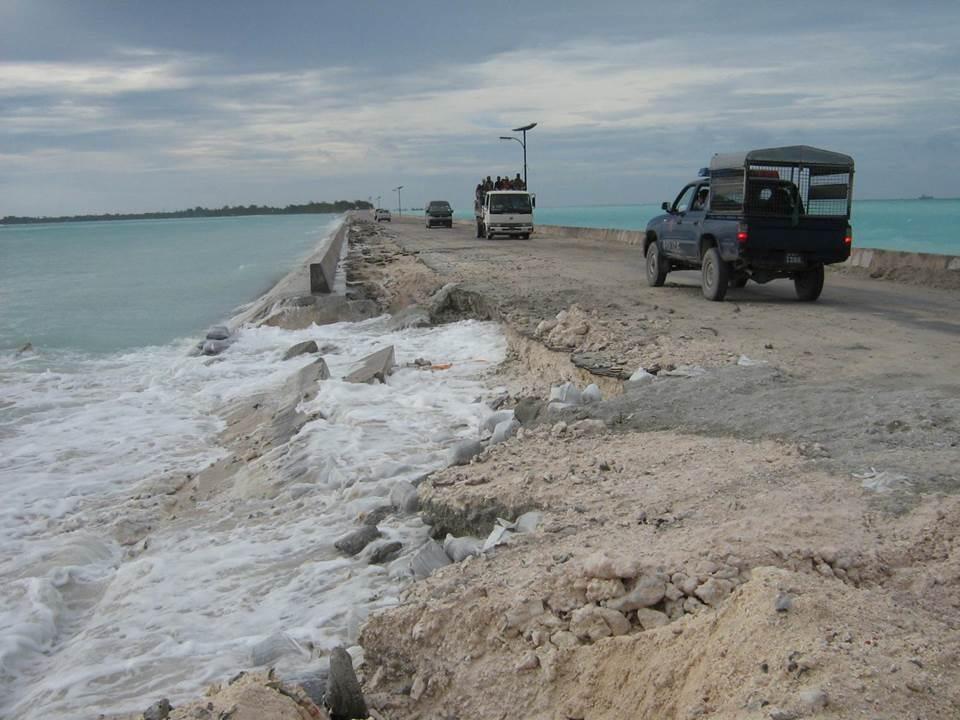 波によって浸食されたままになっている護岸。至る所で被害が出ている。(写真提供はキリバス共和国名誉領事館)