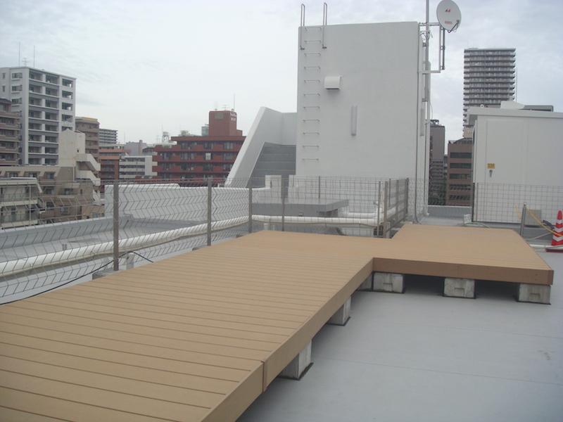 春日町「シェア型複合施設 THE6」の屋上。これまで花火大会の鑑賞や、バーベキューパーティでの利用があったという(阿部えりこ撮影)