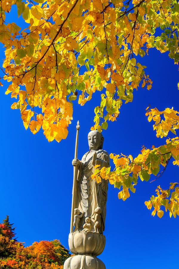 地蔵菩薩が地獄の亡者を救済してくれる。川原毛地蔵菩薩は昭和62(1987)年に建立された(佐瀬雅行撮影)