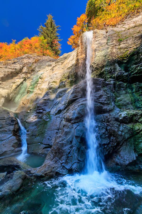 2本の湯滝に分かれる川原毛大湯滝。右側の滝は高さ20㍍の断崖から勢い良く落下する(佐瀬雅行撮影)