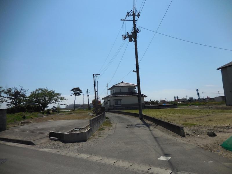 南蒲生町内の様子、写真奥が海岸。かつては、松林の防風林に守られていた。=2016年5月南蒲生集会所前(葛西淳子)