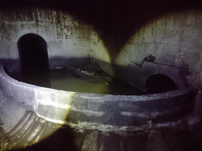 左方向から右の浄化センター方面へ水を流すためにカーブした下水道