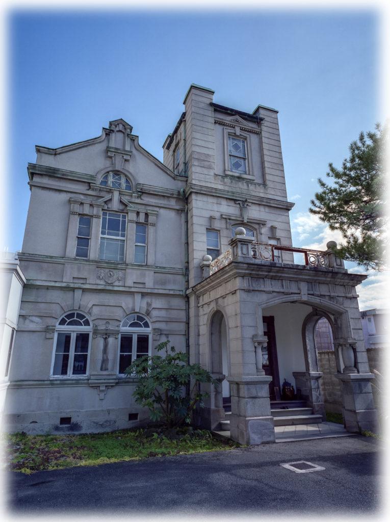 1912(大正元)年竣工。木造2階建。設計は慶應義塾大学図書館などを手掛けた中條精一郎。玄関ポーチとその上のバルコニーや塔屋のデザインに、顧問を務めた旧県庁舎と