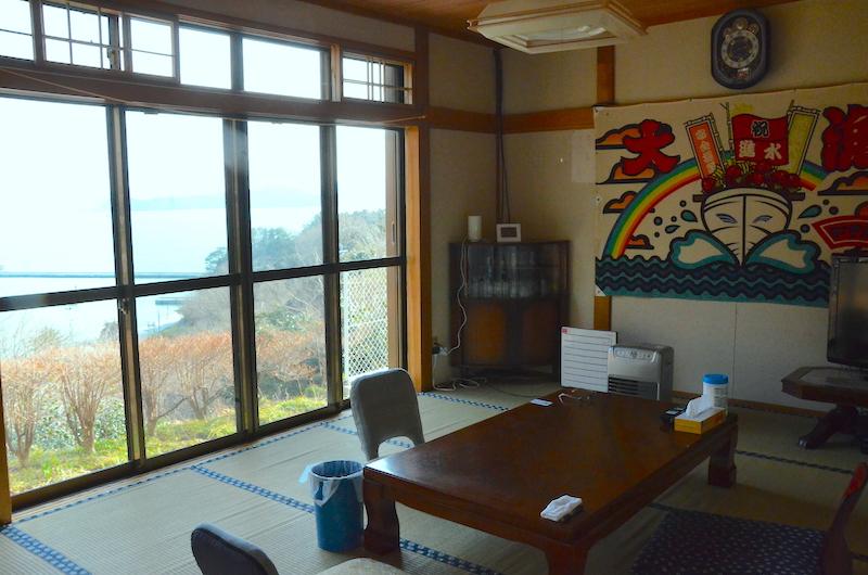 広間の大きな窓からは、美しい女川湾が一望できる