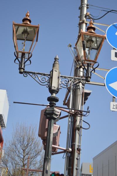 【政宗騎馬像がない通常のガス灯】ランプ部分を修繕したガス灯も時折見られる。本来はこの綺麗な銅色であるが、「月日を重ね現在のような風合いが出て緑青化してくるんです」と青葉区役所の担当者の方は言う。