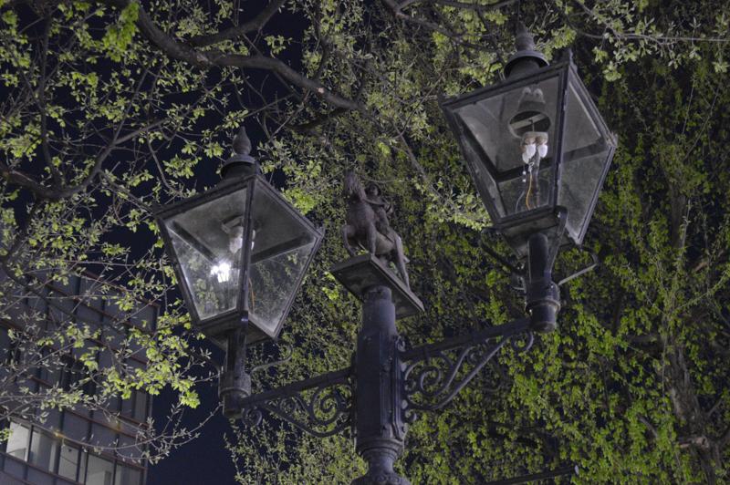 「隠れ政宗」の夜の姿。撮影した日は残念ながらあかりは灯っていなかった。壊れて灯りがともっていないものも多い。区役所の方が言うように一日も早い修繕が必要だ。