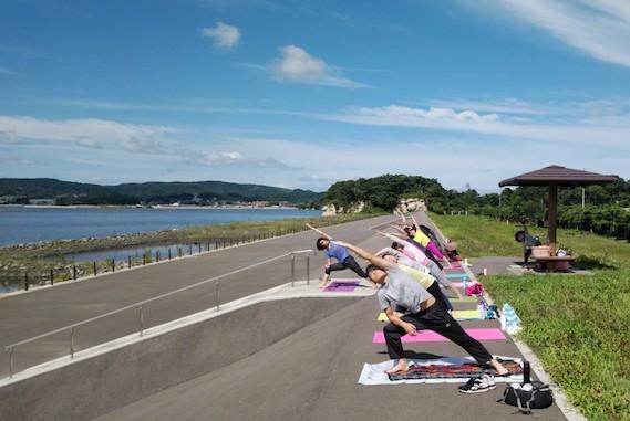 松島湾を望みながら朝ヨガを楽しむ人たち
