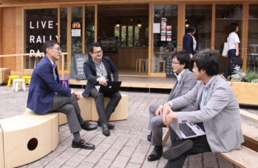 白川裕也さん(左から2番目)と仙台市経済局産業振興課創業支援係のメンバー