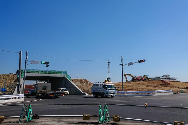 県道荒浜原町線と県道塩釜亘理線との交差点。以前訪れた2018年12月上旬ではまだ土は盛られていなかった。開発が急速に進んでいるようだ。