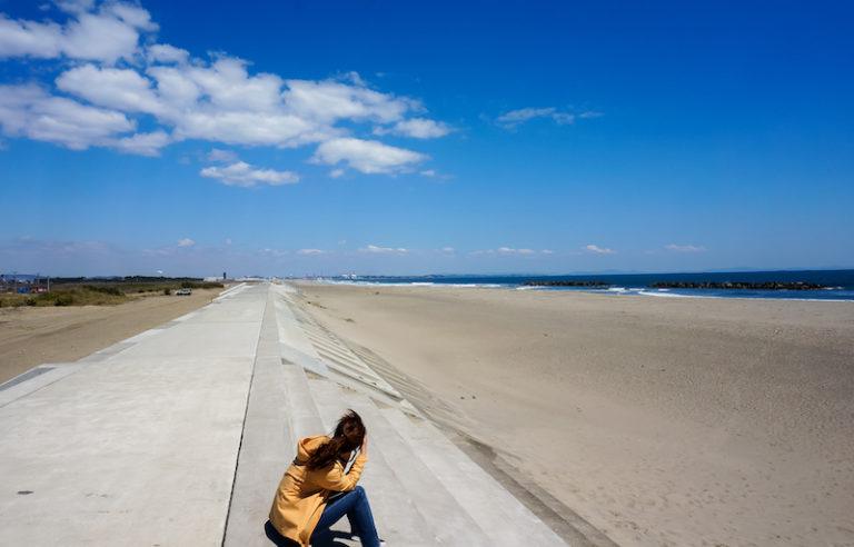 「海の写真を撮ることなんて非人扱いされることだった」 県外から越してきた私はこの言葉から、仙台の人たちの海に対する思いを知ることになる。 9年目の今は、写真を撮っていても後ろ指さされることもなく、 海岸に釣り人や犬の散歩をする人たちの姿も見られた。