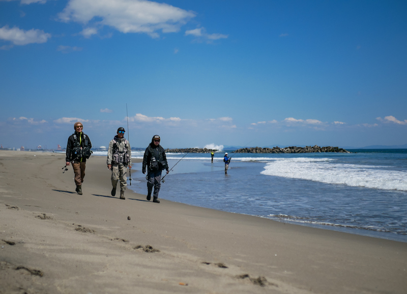 「ヒラメが釣れるんだよ」と楽しそうに話す釣り人たち。震災から年数がたち、浜辺にも人が戻ってきていることにホッとした。