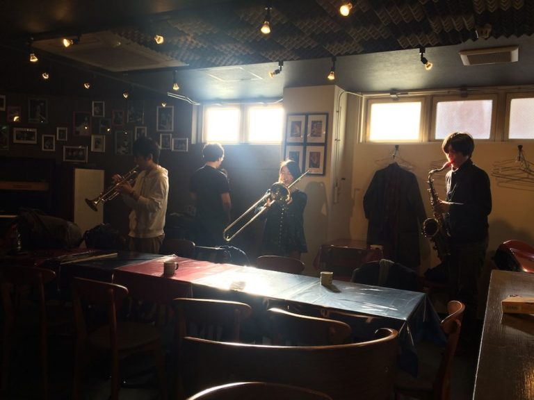 若手ミュージシャンの練習会。ジャズの基礎から高度な技術まで、1日中、音を出し、話を続けている。