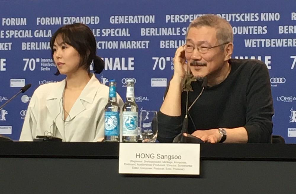 『走った女』記者会見、ホン・サンス監督(右)と主演のキム・ミニさん