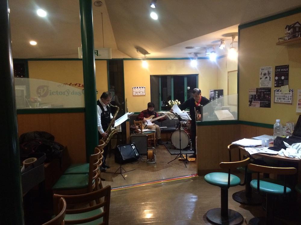 練習場所はトランペットを担当する今野さんの店。営業を終えてから楽器持参で集まる。
