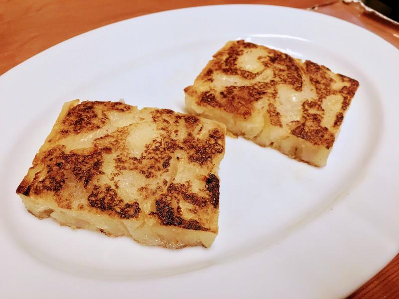 蘿蔔糕(ルオボーガオ)。大根、炒めた豚ひき肉・ネギなど具を水で溶いた米粉と混ぜて蒸した食べ物