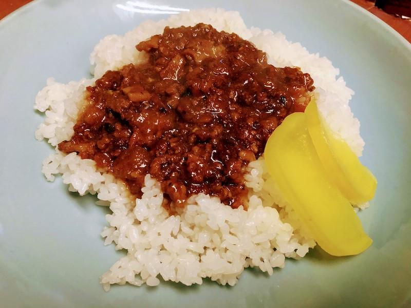 魯肉飯(ルーローハン)。バラ肉など脂身を多く含んだ豚肉を台湾醤油や砂糖や八角や油葱酥 (揚げた赤ネギ)など食材で甘辛い煮汁で煮込だかけご飯