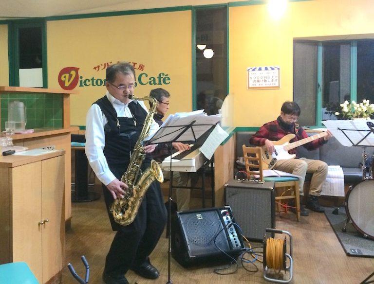 テナーサックスを演奏する鈴木さん。スタンダードに持ち味を発揮する。
