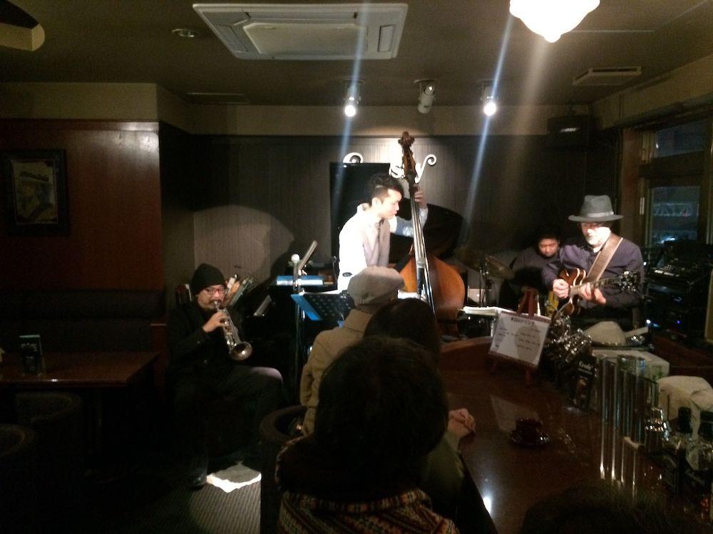 2月に開かれた「仙台ライブウォーク」で演奏する沢野さん