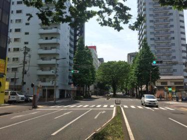 「キャバレークラウン」のあった旧仙台市電通り。店のすぐ前に市電の停留所があった。向かって左に見えるのが通称「クラウンビル」。道路幅員も当時とは変わっている。