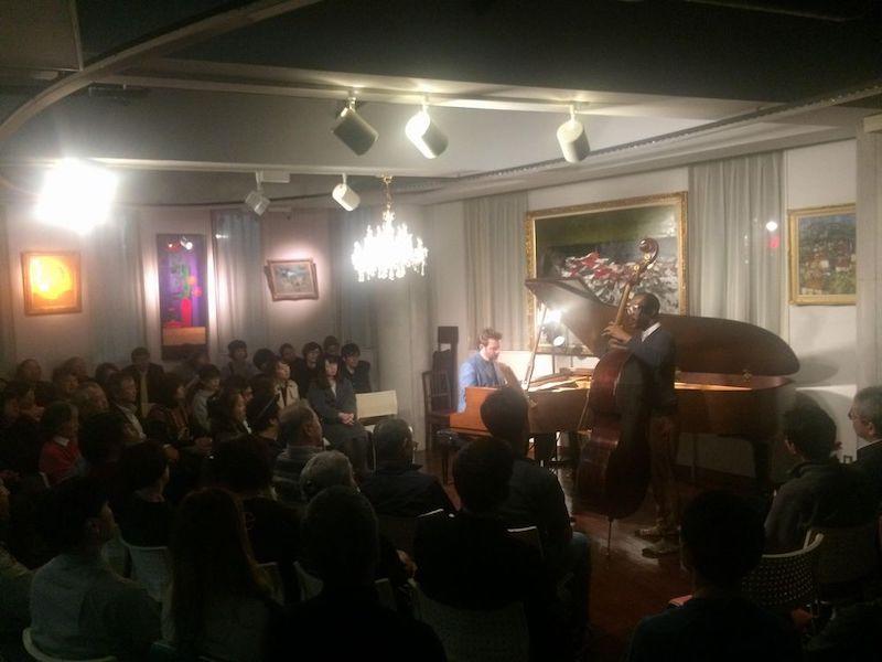 仙台ジャズギルドの第2回ライブに出演したJoe Sanders (Bass) さんとTaylor Eigsti (Piano)さん。2019年11月6日(水)、ノーバルサロン(旧・ジャズミーブルース・ノラ)で。
