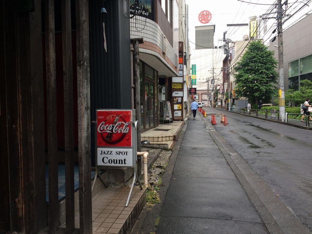 ジャズ喫茶のある風景。ジャズの巨人カウント・ベイシーにちなんだ「カウント」(仙台市一番町)は1970年代と変わらぬたたずまい。名盤、稀少盤がぎっしり詰まったレコード棚はジャズ演奏者にも注目されている。