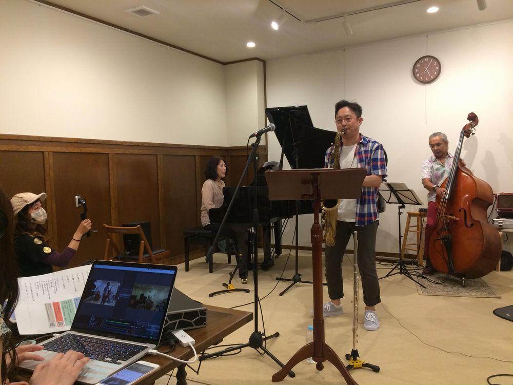 スタジオ開設記念で行われた林宏樹さんのグループのライブ配信。スタッフの動きも手作り感いっぱい。ネットの向こうにいるリスナーたちはどう受け止めたのだろうか。(7月12日、仙台市青葉区一番町1丁目のsendai music place Rootsで)