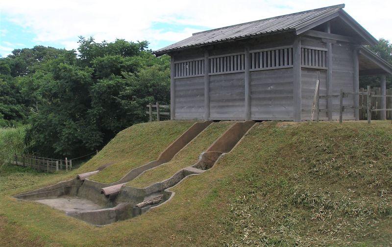 出羽国の秋田城は、大和朝廷が北海道のアイヌ、中国大陸の渤海などと交流を図る拠点でもあった。日本最古の「水洗トイレ」が使われたのも、その象徴の一つ(?)。遺跡として残っている